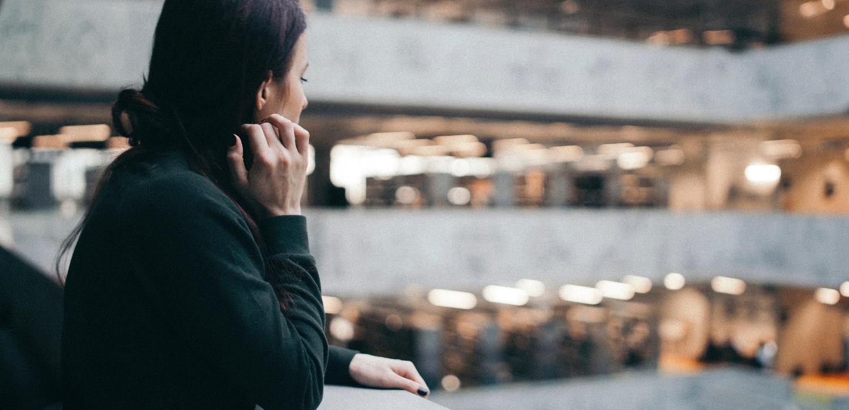 Frau schaut in ein Foyer